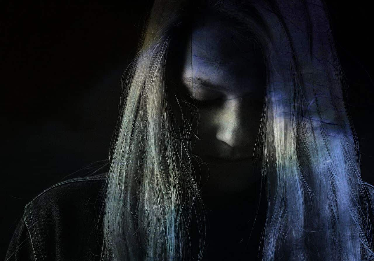 Image of a depressed woman who thinks that her life sucks