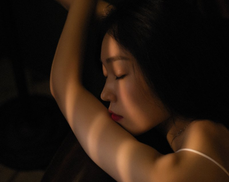 Image of a woman closing her eyes and learning how to ground herself